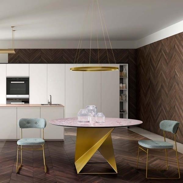 tavolo di design in metallo color oro e sedie