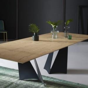 tavolo moderno particolare in metallo e legno vista frontale
