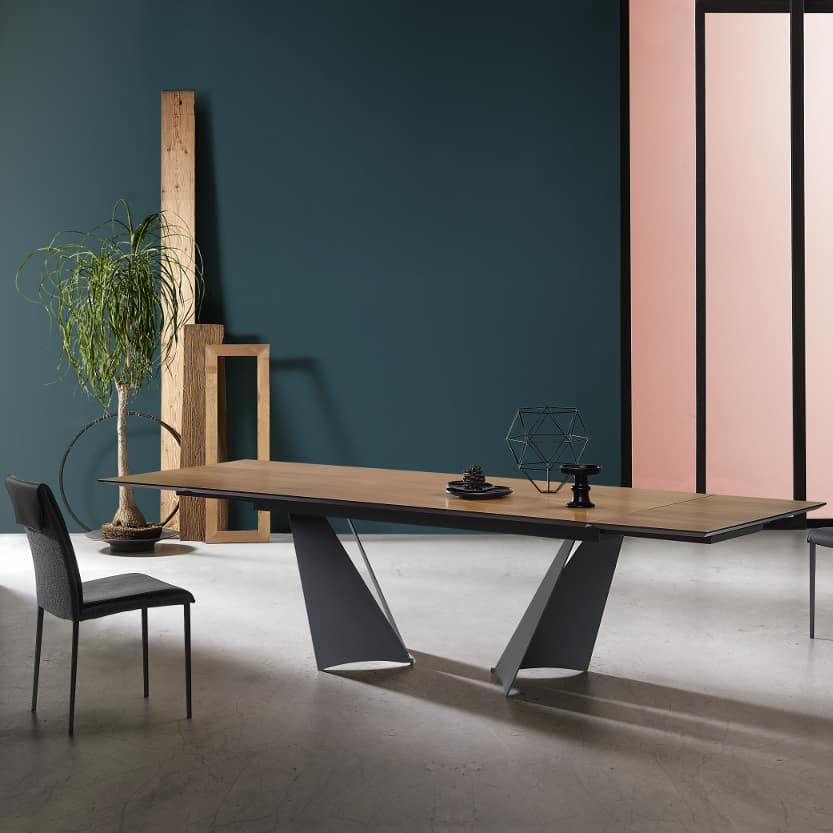 tavolo moderno particolare in metallo